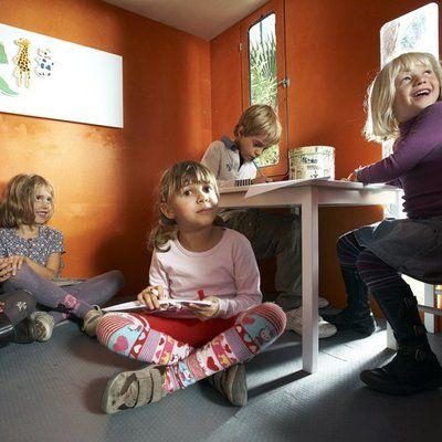 Niñas de distintas edades jugando en las casitas de madera